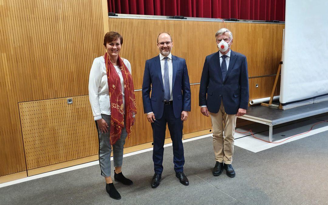 Dr. Florian Forster als neues Mitglied des Gemeinderats vereidigt.