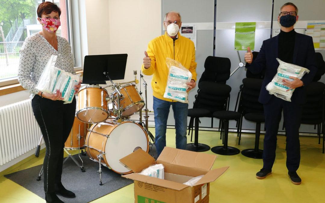 Tausend Schutzmasken übergeben – CSU Neuried unterstützt die Musikschule Neuried mit Gesichtsmasken